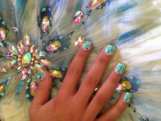 Paso 8: uñas capa superior y disfrutar! (Nails acabados muestran con vestido de fiesta que inspiró las uñas)