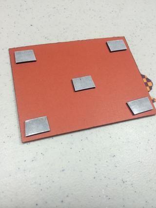 Añadir cinta de espuma adhesiva en la parte posterior de esta unidad.