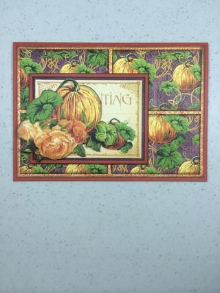 Adherirse al frente de la tarjeta en la zona inferior izquierda, como se muestra.