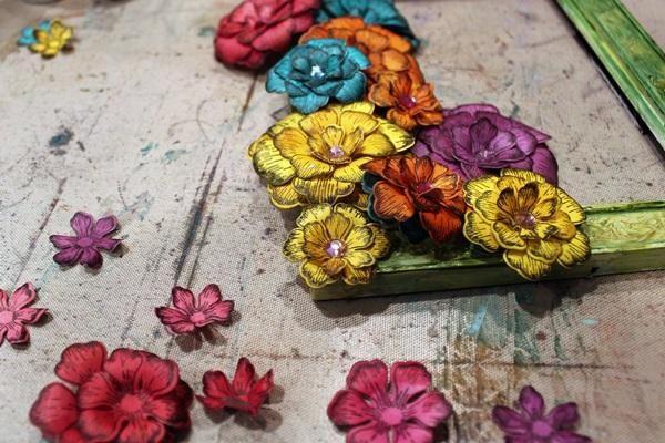 Después de la formación de todas las flores, comience capas y colocarlos alrededor de su marco. Como puedes ver he añadido un poco de bling a mis flores para terminar dobladillo apagado.
