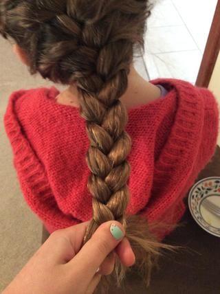 Haga esto hasta el fondo de su cabeza una vez que's off your head braid your hair normally. Tie it with an elastic.