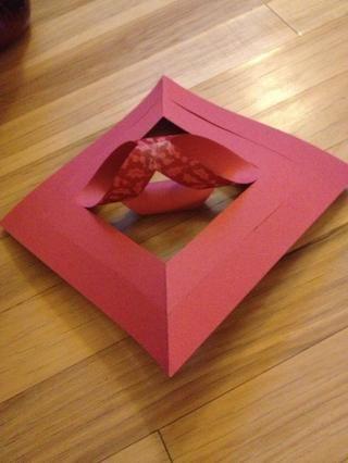Voltee el papel. Enrolle los próximos dos piezas cortadas y cinta.