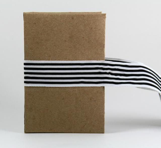 Usando una buena envoltura adhesiva fuerte y adjuntar cinta rayada amplia.
