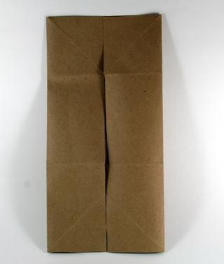Papel Abrir una copia de seguridad y doblar cada lado de la media. Tenga cuidado de no superponerse.