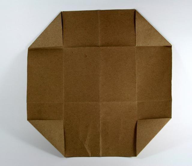 Abre de nuevo otra vez y doblar las esquinas en la segunda línea de pliegue. Haga esto por las 4 esquinas.