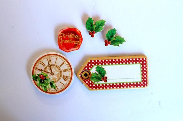Tome un pequeño adorno aglomerado del paquete de aglomerado. También cortar dos hojas de acebo, un sentimiento y un reloj de la Era la noche antes de Navidad papeles.