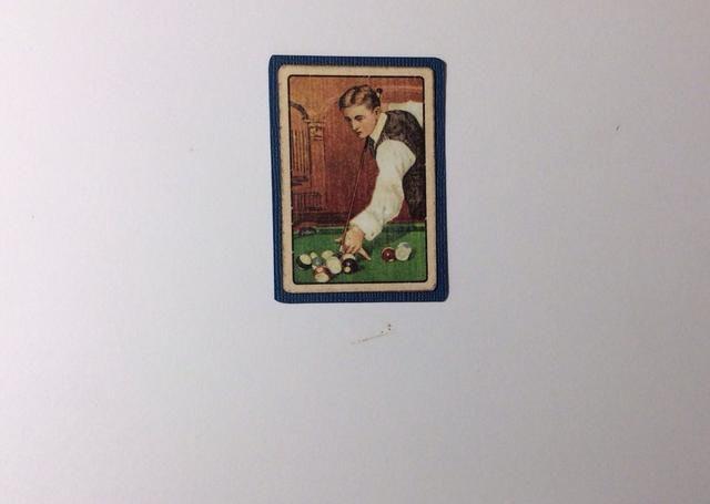 Cortar una tarjeta de coleccionista de la recogida de papel y montar en la tarjeta azul stock. Recorte toda la vuelta para formar un pequeño borde.