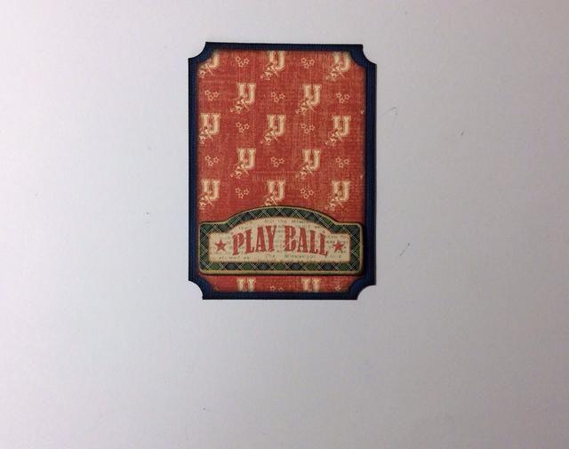 Adherirse la cartulina y la estera de papel junto alinear el centro. Aplique el pegamento a los lados rectos del elemento aglomerado y la posición en la base. Esto formará un bolsillo para la etiqueta y la tarjeta.