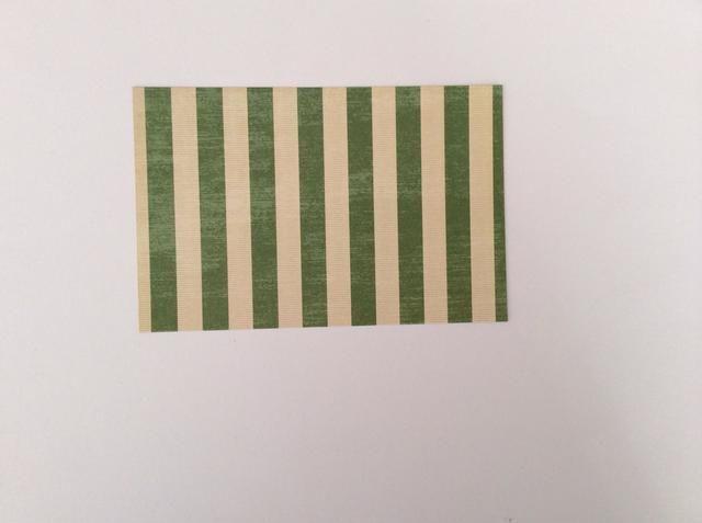 Cortar 1 tapete verde de la raya de la colección de papel a los 5 5/8 x 3 5/8 pulgadas.