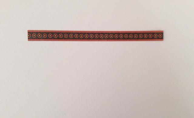 Cortar una franja fronteriza de la colección de papel de 6 pulgadas de los bordes de la longitud y de la tinta con un marcador negro para ocultar núcleo de papel blanco.