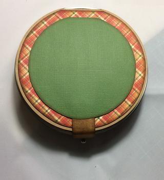 Cortar una estera círculo más pequeño de cartulina que la estera de papel. Sugiero un borde de 3/8 de pulgada.