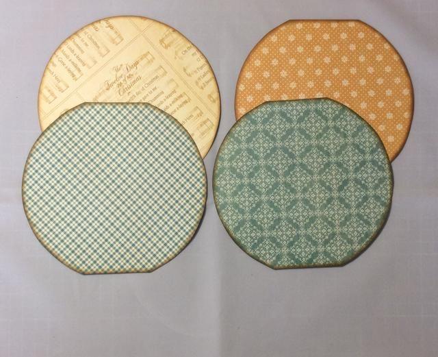 Utilice un cortador de círculos optado por la cresta tapetes de papel con dibujos de cada lado de las páginas. Asegúrese de recortar para dar forma de páginas. 7 esteras en total. Tinta bordes con tinta angustia.