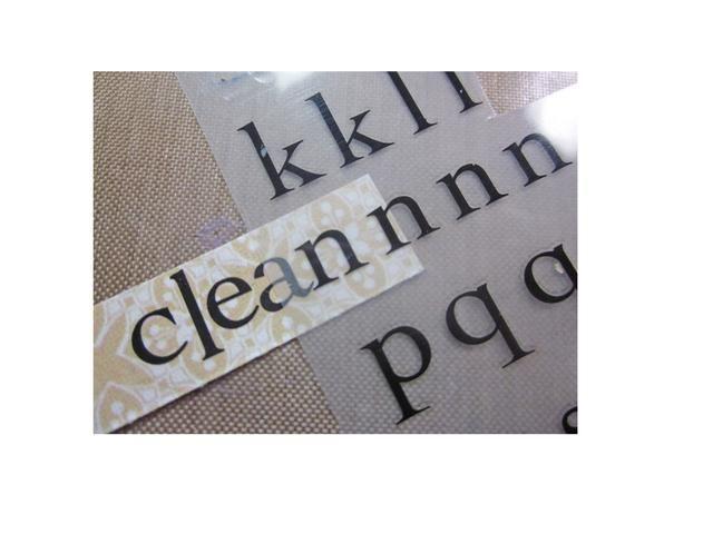 Utilice frotar en las letras para deletrear limpia y utilizar un pequeño cuadrado de papel con dibujos, asegúrese de que encaja en el soporte de etiquetas. También va a hacer otro de estos por el otro lado, pero dicen