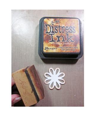 Usando Distress Ink / tinta Photo vintage de los bordes de los pétalos superiores.