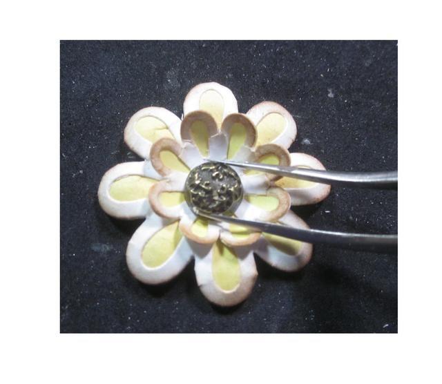 Capa una grande y una pequeña flor juntos, pegar hacia abajo y luego rematar con un brad de metal decorativo de 45. Gráfico A continuación, puede cepillar la parte superior de la brad con la pintura de socorro para mezclar.