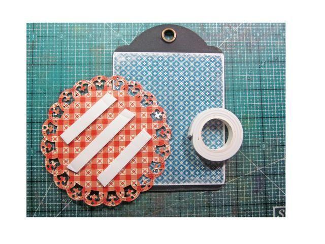 Conecte el troquelado a la etiqueta de base usando cinta de espuma.