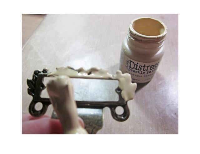 Inclínate el gancho base de un porta etiquetas Gráfico 45 y luego pintar con pintura Crackle socorro.