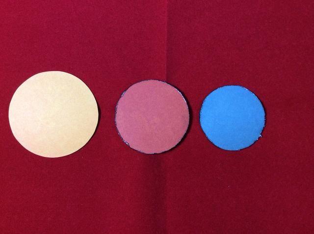 Cortar tres círculos en el amarillo 2 1/4, naranja quemado 2 y azul 1 3/4 pulgadas respectivamente. Socorro y tinta bordes de los círculos azules y naranjas. Deja círculo amarillo claro.