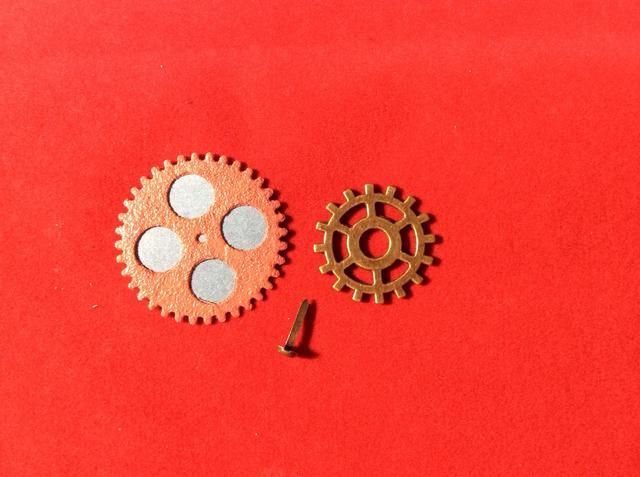 Coloque brad por el centro de la gran engranaje y adherirse cremallera de metal en la parte delantera y central.