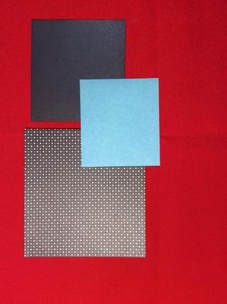 Cortar la capa 1 a 5 3/8 x 51/8 pulgadas de papel de punto. Cortar la capa 3 a 4 3/8 x 4 pulgadas de negro liso. Cortar capa de 5 a 3 3/4 x 3 3/8 de azul claro. Tinta todos los bordes con tinta de angustia hollín negro.