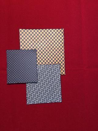 Capa Cut 2 a 5 x 4 3/4 pulgadas del modelo amarillo. Cortar la capa 4 a 4 8/1 x 3 3/4 pulgadas de patrón de cremallera. Cortar capa de 6 a 3 1/2 x 3 1/8 pulgadas de papel de punto. Socorro y tinta bordes.