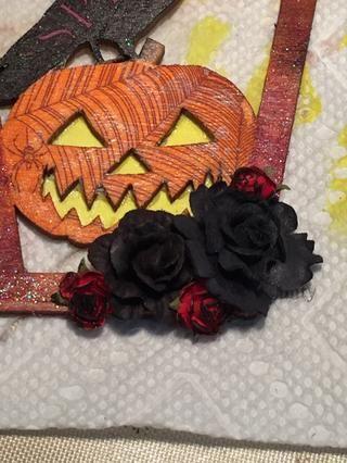 Capa sus rosas pintadas con unas rosas negras grandes en la esquina inferior derecha.