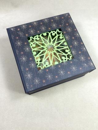 Se adhieren las tiras al frente de la caja, como se muestra.