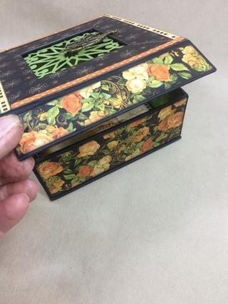 Adherirse la última tira a la solapa magnética del frente de la caja.