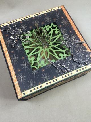 Se adhieren las imágenes cortadas quisquillosos con cinta de espuma dimensional al frente de la caja.