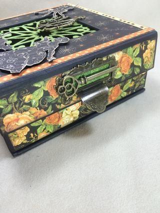 Una vez que las piezas de metal pegados han secado por completo, se adhieren esta unidad a la solapa magnética de la caja.