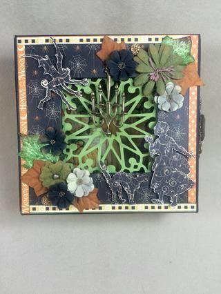 Añadir las flores y hojas para el frente de la caja, si lo deseas.