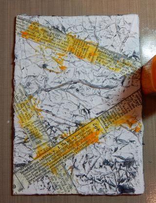 Añadir varias tiras de cinta de tejido a la lona. Pintura al azar en todo el lienzo con Amber Piedras de gema.