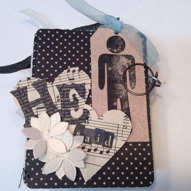 Cortar formas de corazón, aplicar pegatinas del alfabeto y flores de papel.