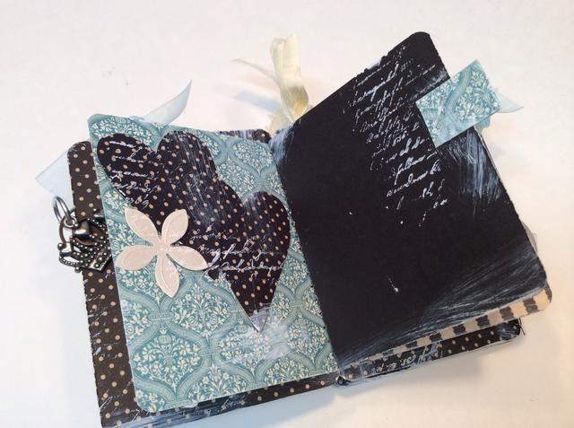 Utilice corazones cortados a mano y flores de papel para adornar las páginas interiores.