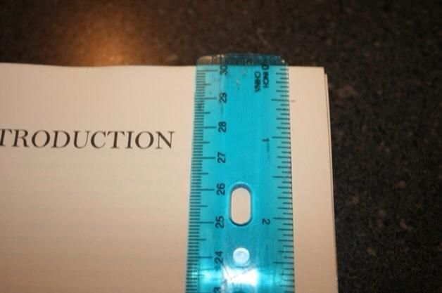 Abra su libro totalmente seca. Decida lo delgado / grueso desea ahuecar su libro. Coloca el su regente en ese lugar. Don't forget the top and bottom!