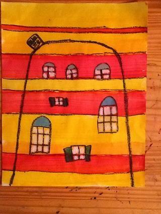 Una vez que la pintura esté seca, use colores pastel del aceite negro para dibujar un edificio sencillo con las ventanas y puertas. Colorea esta sesión con pasteles al óleo.
