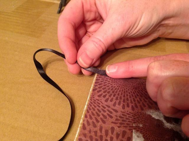 Utilice pegamento caliente para colocar la cinta en la parte posterior.