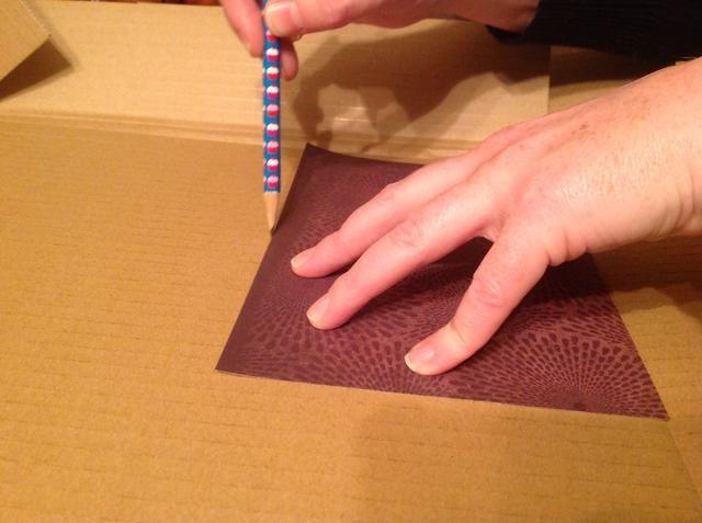 Delinear el fondo sobre cartón o cartón pluma.