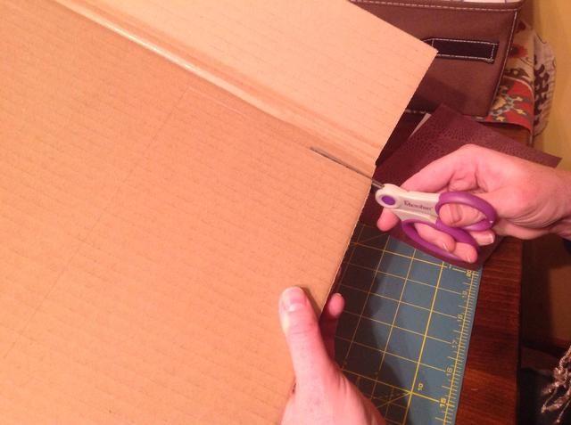 Corte cuidadosamente el cartón con unas tijeras. * NOTA: Tablero de la espuma puede necesitar ser cortado por un adulto con un cuchillo o navaja de afeitar cuchilla X-Acto.