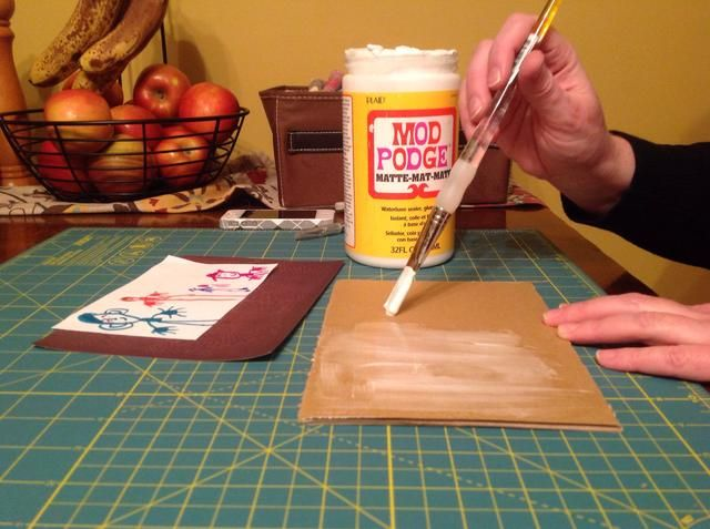 Cubra el fondo de la tarjeta de cartón / espuma con una fina capa de Mod Podge.