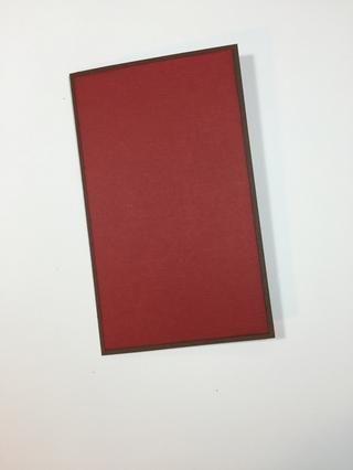 Comience por cortar su base de tarjetas de cartulina de color marrón oscuro para un 4 1/2