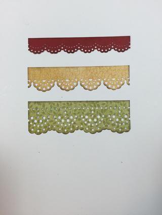 Utilice diferentes golpes tamaño fronterizos y varios anchos de papeles y cartulinas para crear tres franjas fronterizas.