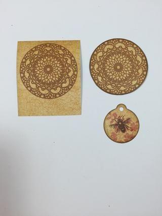 Selle una imagen pañito en papel patrón usando una tinta de color marrón claro. Recortar y bordes de tinta. Selle la pequeña etiqueta con los sellos en capas. He utilizado el