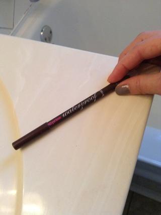 Definición del contorno de ojos es también un deber, a fin de utilizar un lápiz marrón a la línea de las pestañas ...