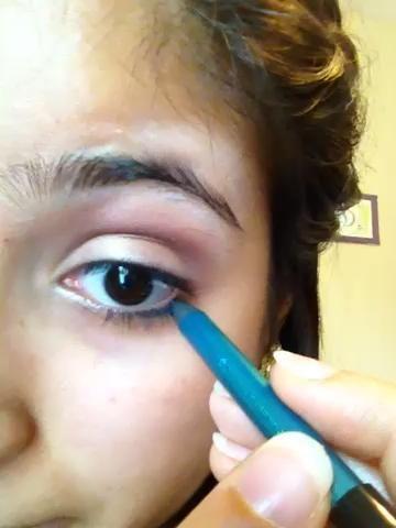Luego tomé un delineador de ojos turquesa y se alineaban en la otra mitad de mi línea de las pestañas