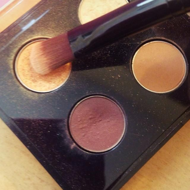 Siguiente yo'm taking a flat shader brush and packing this shimmery gold color all over my lid