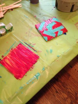 También hice estos posavasos palito de paleta mientras yo estaba esperando a que se seque