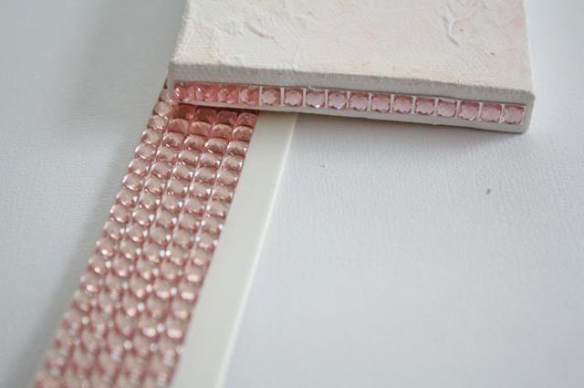 Por los lados del lienzo añadir tiras de bling.