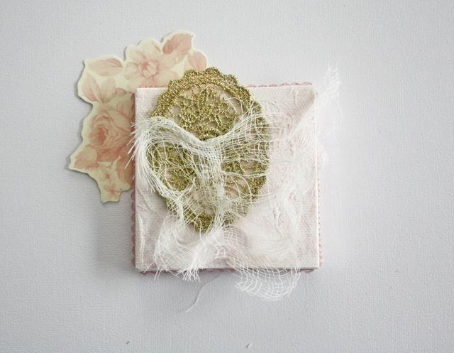 Ahora para comenzar acodar los adornos. El troquelado floral está adherida a la parte posterior de la tela. Corte un pedazo de la Prima recortar y queso capa de tela en la parte superior.