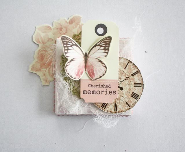 Adherirse al reloj y luego la etiqueta. En la parte superior de la etiqueta pegar la mariposa.